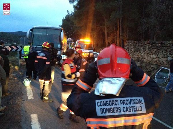 Imágenes del accidente del autobús y dos turismos en la CV 190 Lucena del Cid. (2)