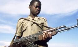 Imagen de una niño militar liberado.