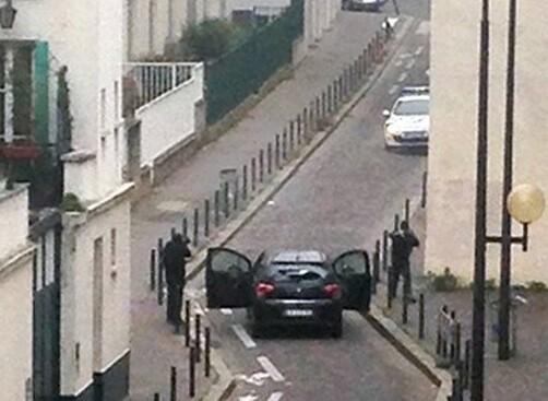Imagen desde una ventada donde se ven a los terroristas disparando a la policía. (Foto-AFP)