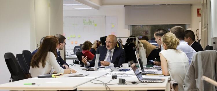Juan Roig trabajando con uno de los equipos de la segunda edición