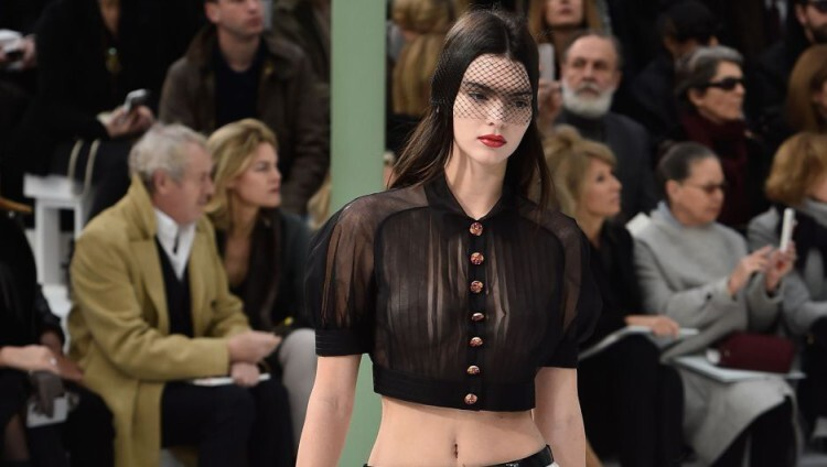 Kendall Jenner topless para Chanel en la Paris Fashion Week (1)