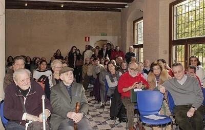 La biblioteca del parque de Marxalenes quedó abarrotada de asistentes al acto.