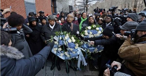 La madre de Eric Garner rindiendo un homenaje a su hijo fallecido por disparos de un policía. (Foto-AP)