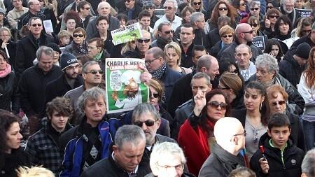 La multitud avanza por las calles de París. (Foto-AFP) - copia