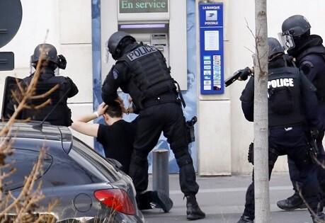 La policía francesa detiene a sospechoso en París. (Foto-AP)