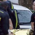 La policía interviene a un herido. (Foto-Agencias)