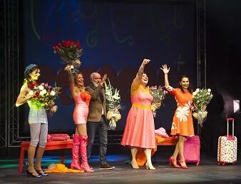 Las actrices y el director de la obra la noche del estreno.