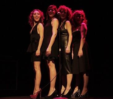 Las cuatro actrices en un momento d ela actuación. (Foto-VLCNoticias)