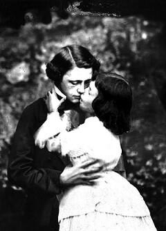 Lewis Carroll y Alice Lidell, la niña que inspiró la obra.
