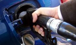Llenar el depósito de gasolina. (Foto-Agencias)