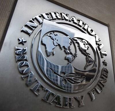 Logo en el edificio del Fondo Monetario Internacional.