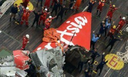 Logran reflotar la cola del avión de AirAsia que se estrelló en el mar de Java. (Foto-AFP)