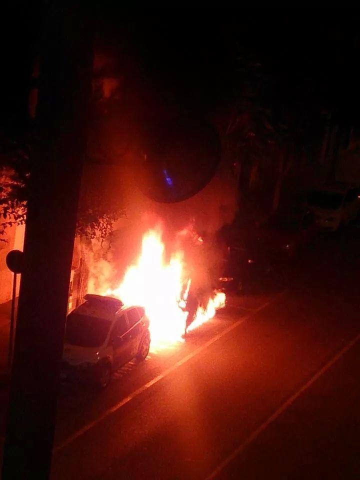Los Mossos detienen a cuatro hombres por prender fuego al vehículo de una policía local -1