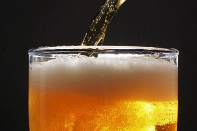 Los asistentes al funeral bebieron cerveza contaminada. (Foto-Agencias).