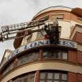 Los bomberos evitaron que una plancha publicitaria saliera desprendida por el viento.