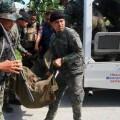 Los cuerpos de seguridad recogen los cadáveres de los policías. (Foto-AFP)