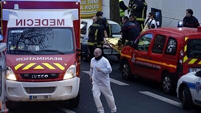 Los servicios de seguridad actúan con rapidez ante la explosión. (Foto-Agencias)