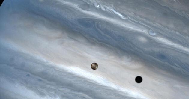 Lunas de Júpiter se reflejan en su superficie. (cnet)