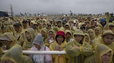 Millones de filipinos desafiaron a la lluvia. (Foto-AP)
