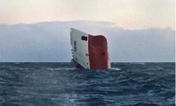 Momento del hundimiento del buque. (Foto-Agencias)