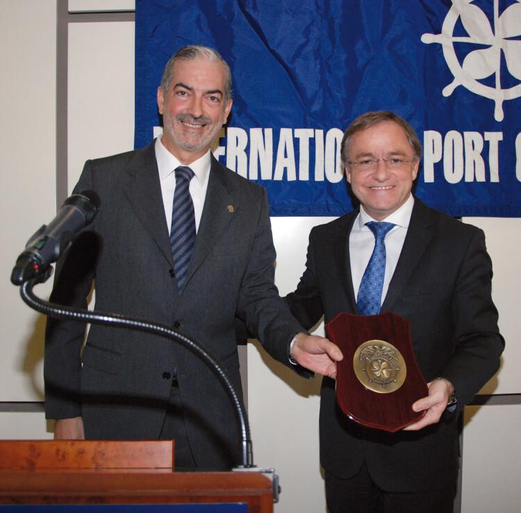 El conseller Juan Carlos Moragues recibió una metopa conmemorativa de manos del presidente del Propeller Club, Francisco Prado.
