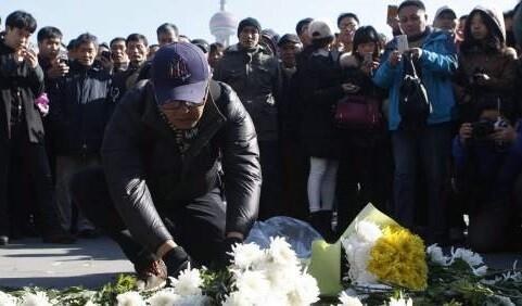 Muchos familiares dejan flores en el lugar de la tragedia. (Foto-EFE)