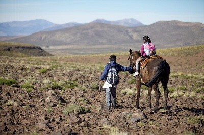 Niños que realizan muchos kilómetros para acudir a la escuela.