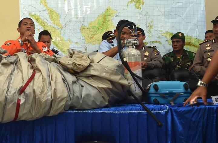 Oficiales indonesios muestran restos recuperadosdel avión de AirAsia (Foto-Agencias)