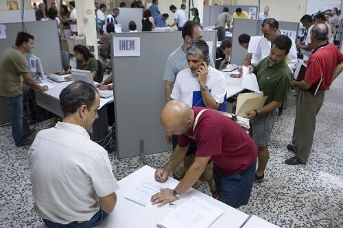 Personas en la oficina de empleo. (Foto-Agencias)