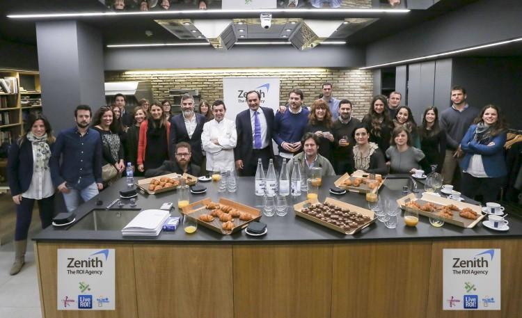Foto de grupo de José María Rubert, Consejero Director General de Zenith Valencia, Miguel Esteban, Chief Digital Officer de Zenith, el chef valenciano Ricard Camarens y los asistentes a la jornada de Marketing de Resultados celebrada hoy en Valencia.