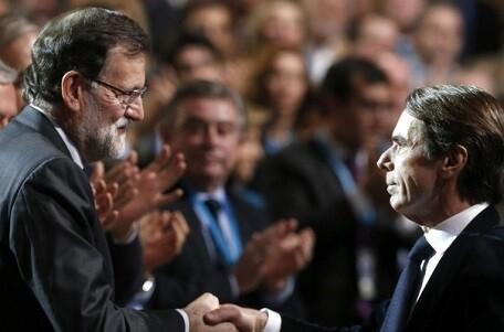 Rajoy y Aznar se saludan en la convencional del PP. (Foto-efe)