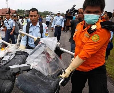 Restos del avión encontrados en el mar. (Foto-Agencias)