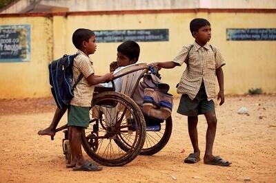Samuel, en silla de ruedas, realiza 4 kilómetros de viaje para ir a la escuela.