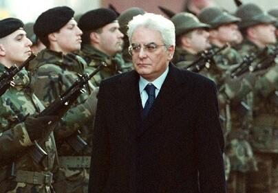 Sergio Mattarella reciba a las tropas que le saludan como nuevo presidente. (Foto-Agencias)