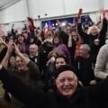 Simpatizantes de Syriza muestran su alegría tras el escrutinio. (Foto-AP)