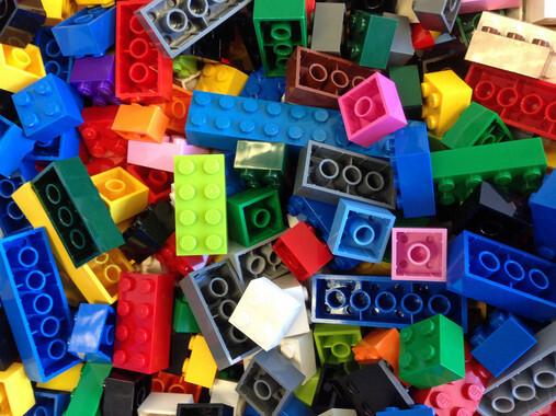 Un-lenguaje-de-programacion-con-cajas-virtuales-de-colores-que-imita-las-piezas-de-Lego_image_380