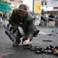 Un oficial revisa la zona del atentado. (Foto-AP)