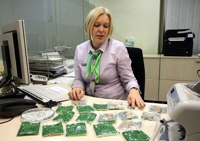 Una empleada maneja unas bolsas con monedas de euro en Vilna para su circulación.