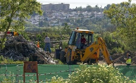 Una excavadora realiza labores de búsqueda en la escombrera de Camas. (Foto-Agencias)