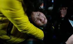 Una persona es ayudada en el lugar de la tragedia. (Foto-AFP)