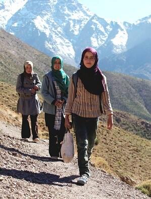 Zahira, la primera d elas niñas, realiza una caminata de 22 kilometros para ir a estudiar.