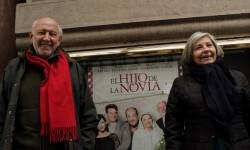 Álvaro de Luna y Tina Sainz junto al  cartel de la obra. (Foto-Valencia Noticias)