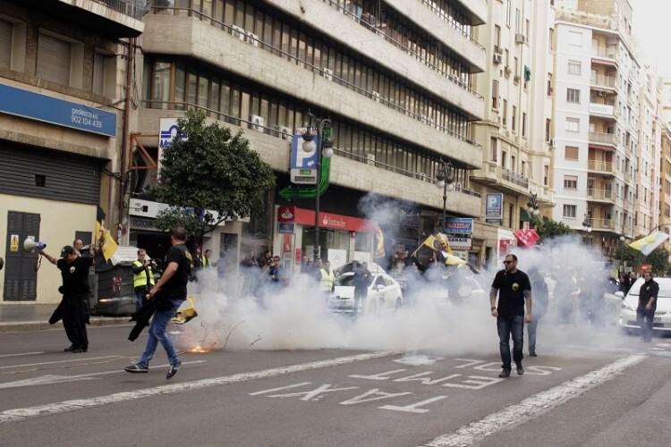 Además de una marcha lenta, los taxis utilizaron la pólvora como reclamo a sus vindicaciones. (Foto-Valencia Noticias)