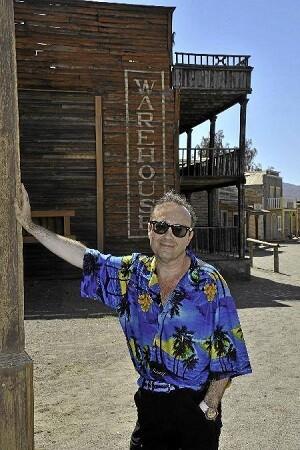Aguilar en una imagen que lo sitúa en los míticos decorados utilizados en Almería para el rodaje de westerns.
