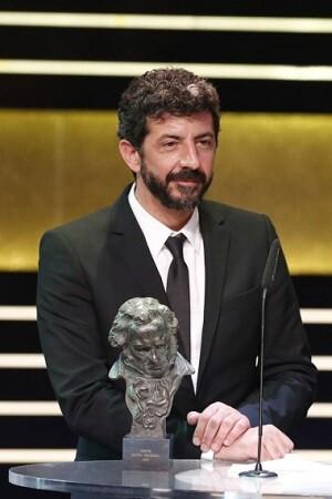 Alberto Rodríguez recoge el Goya a Mejor Director. Luego repitió la escena al subir a recoger el Goya a la Mejor Película.