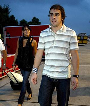 Alonso yendo a uno de los entrenamientos con su nuevo equipo. (Foto-Agencias)