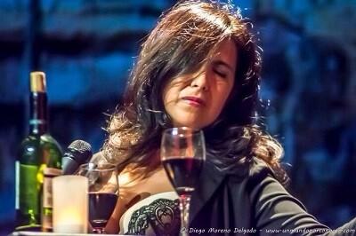 Analía Bueti interpretando un tango. (Foto-Moreno Delgado).