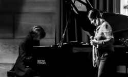 Analía Bueti y el pianista Néstor Zárzoso en un momento de la actuación. (Foto-Moreno Delgado)
