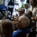 Ancianos disfrutando de una actuación.