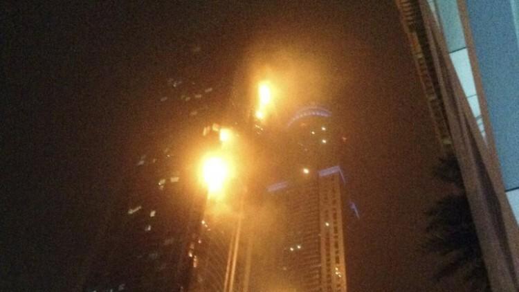 Ardió el rascacielos La Antorcha en Dubai hay cientos de evacuados (1)